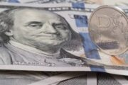 Курс доллара пошел на разворот, рублю определили коридор на март